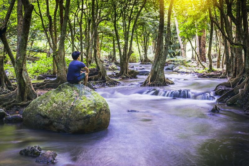 Klong LAN-vattenfall, härlig vattenfall i rainforest på Kampan arkivbilder