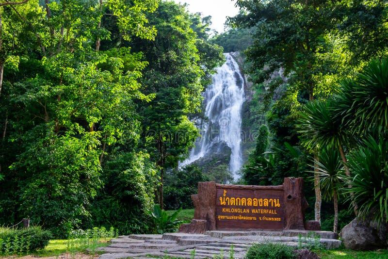 2017-09-20 Klonglan-Wasserfall Sehr schöner und größter Wasserfall im Nationalpark in Kamphaengphet-Provinz, Thailand lizenzfreies stockbild