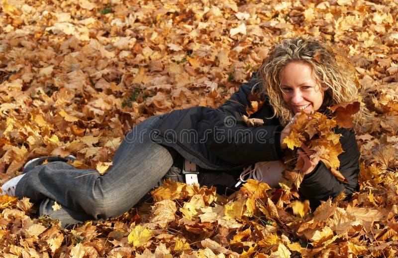 klonowi szczęśliwi dziewczyna liść zdjęcie stock