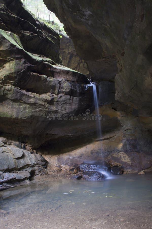 Kloofmuur met waterval, Hol de Aarddomein van Conkles stock afbeeldingen