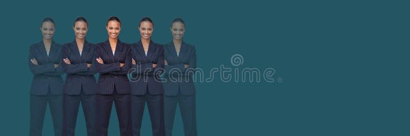 Kloonvrouwen met gevouwen wapens stock foto's