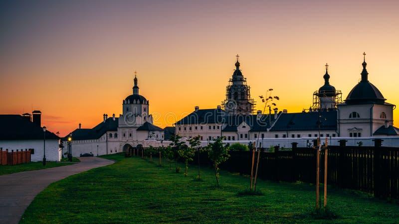 Klooster bogoroditse-Uspensky bij de Zomerzonsondergang royalty-vrije stock foto