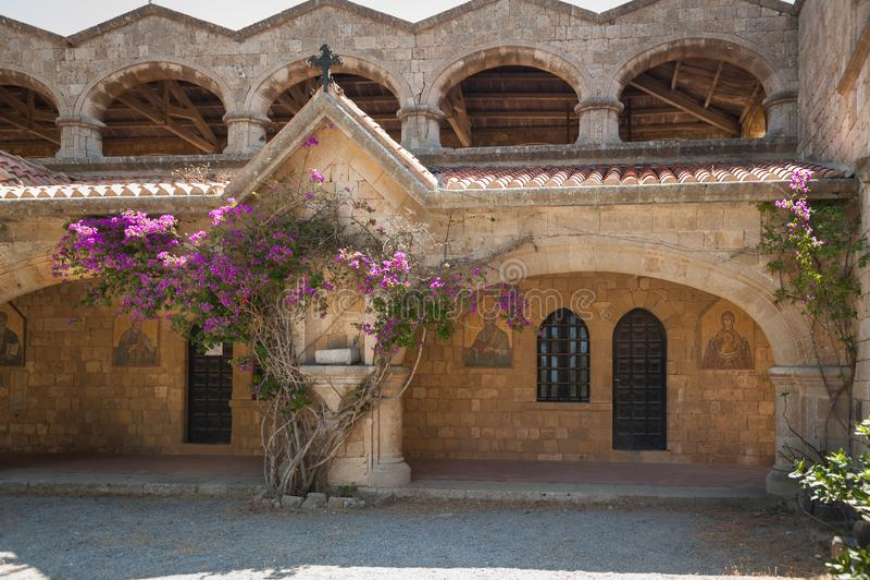 Klooster die van Filerimos, metselwerkcolonnade langs kerkhof lopen Het eiland van Rhodos, Griekenland stock foto