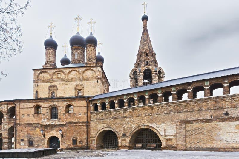 Klooster met klokketoren en passage royalty-vrije stock afbeeldingen