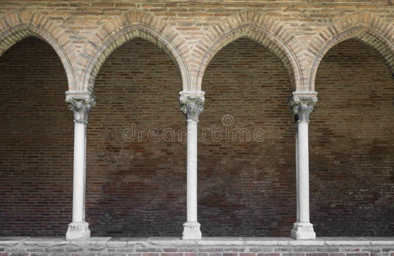 Klooster met overspannen colonnade royalty-vrije stock fotografie