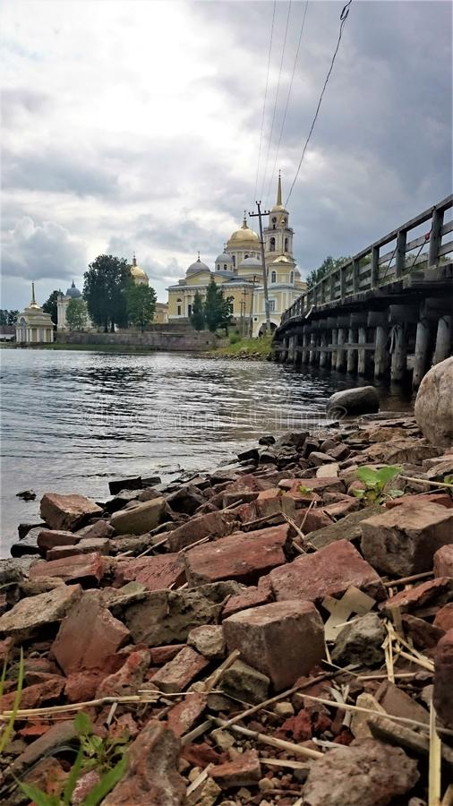 Klooster nilo-Stolobensky Het klooster nilo-Stolobensky wordt gevestigd in Tver-gebied, op meer Seliger, Rusland stock foto's