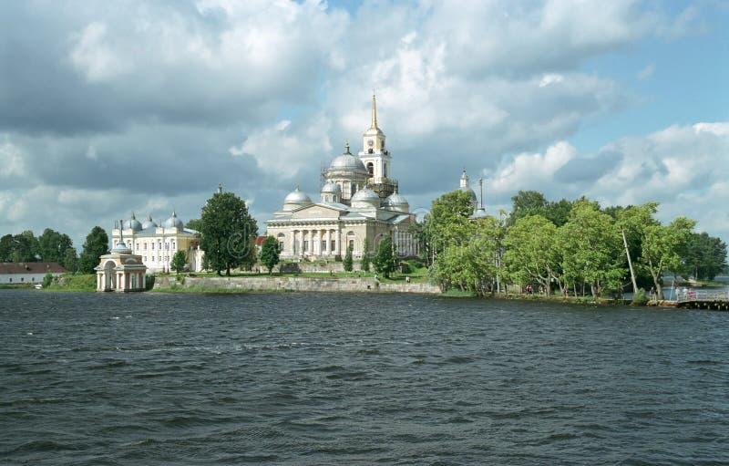 Klooster Nilov. Mening van meer royalty-vrije stock afbeeldingen