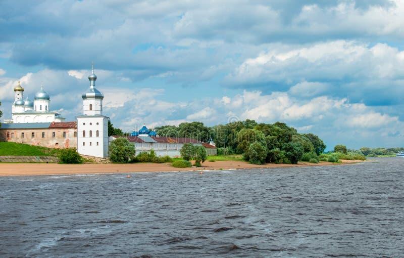 Klooster op de rivierbank stock fotografie