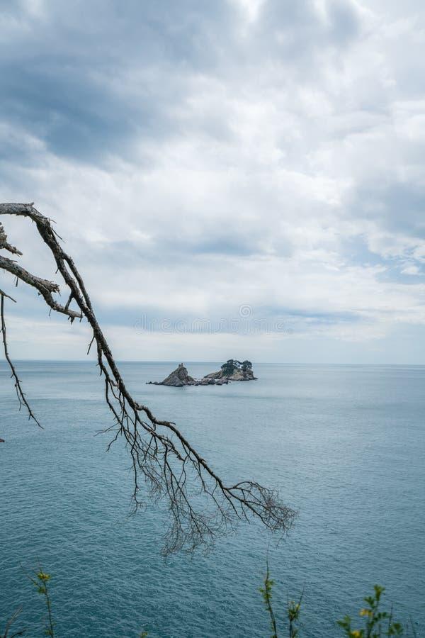 Klooster op de rots in het overzees royalty-vrije stock fotografie