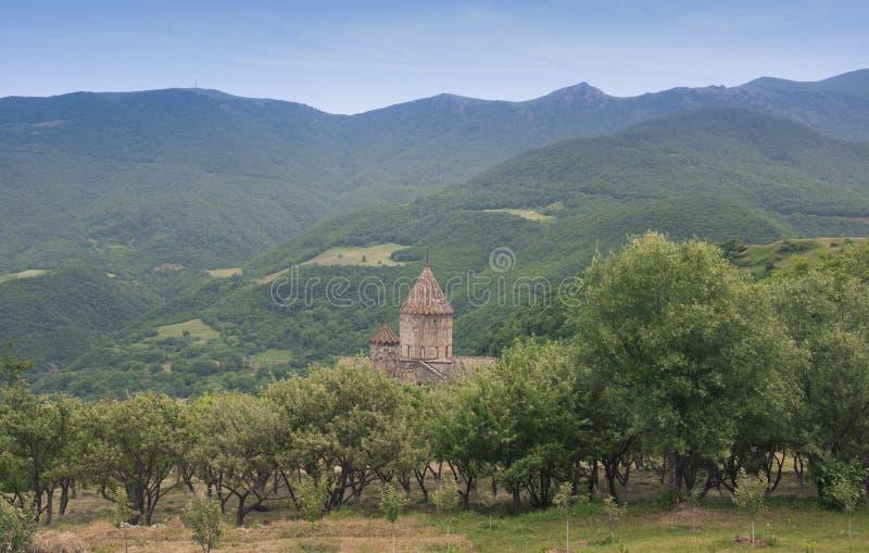 Klooster Tatev De koepel wordt gezien van achter de bomen Mountain View armenië royalty-vrije stock foto's