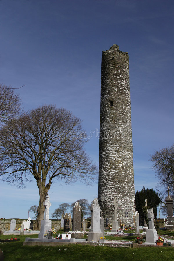 Klooster toren in ernstige werf, stock foto