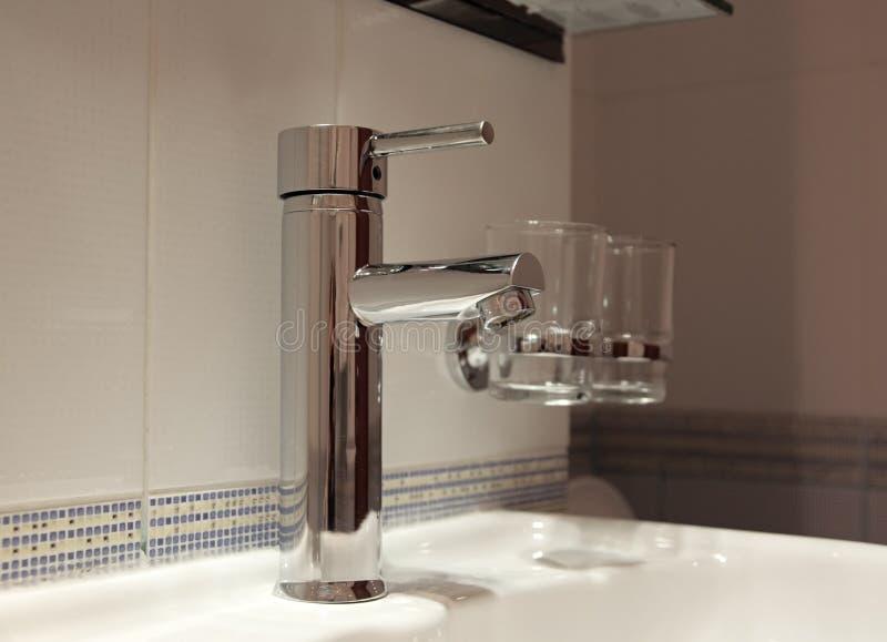 Klopfen Sie im modernen Badezimmer lizenzfreie stockfotografie