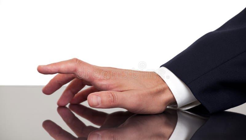 Klopfende Finger des Geschäftsmannes Handauf einem Schreibtisch stockfotografie