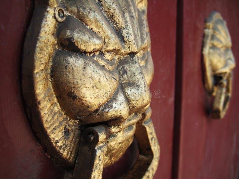 Klopfer auf einer Tür stockbild
