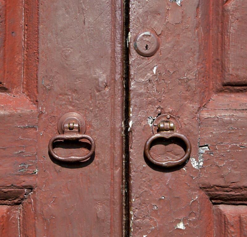 kloppers en houten deurvinago Varese Italië royalty-vrije stock afbeeldingen