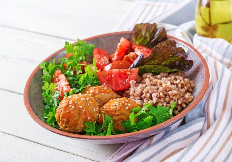 Klopsiki, sałatka pomidory i gryczana owsianka na białym drewnianym stole, zdrowa żywność Dieta posiłek Buddha puchar fotografia royalty free