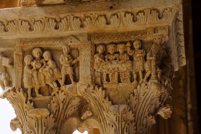 Kloster av Benedictinekloster i domkyrkan av Monreale i Sicilien Allmän sikt och detaljer av kolonnerna och huvudstäderna arkivfoto