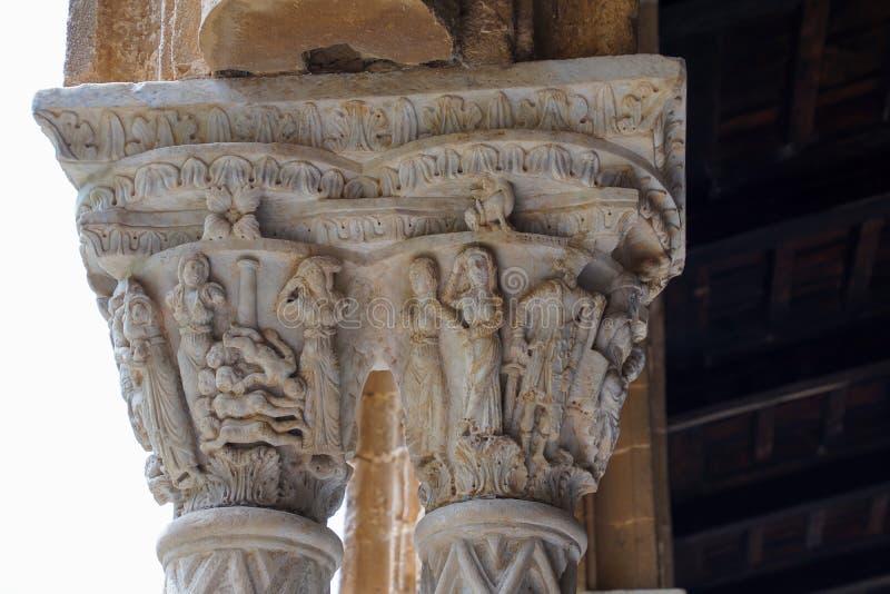 Kloster av Benedictinekloster i domkyrkan av Monreale i Sicilien Allmän sikt och detaljer av kolonnerna och huvudstäderna royaltyfri bild