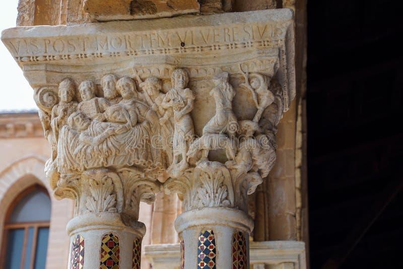 Kloster av Benedictinekloster i domkyrkan av Monreale i Sicilien Allmän sikt och detaljer av kolonnerna och huvudstäderna arkivfoton