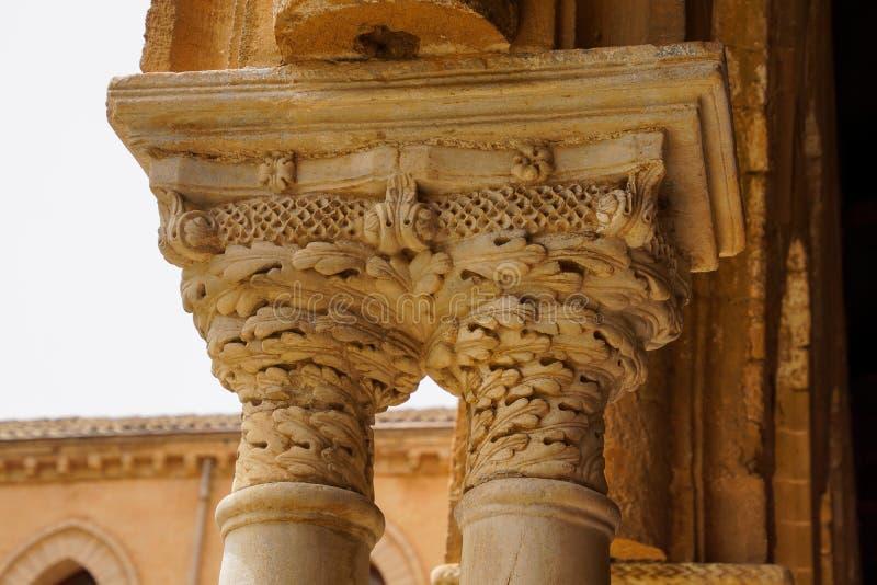 Kloster av Benedictinekloster i domkyrkan av Monreale i Sicilien Allmän sikt och detaljer av kolonnerna och huvudstäderna royaltyfri fotografi