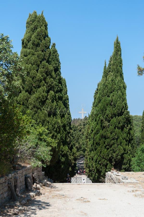 Kloster av Filerimos, Rhodes Island, Grekland Europa Tjockt planerade cypressträd som leder till en Via Crucis Calvary från arkivfoto