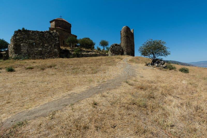 Kloster av Jvari, fördärvar av väggen, ett träd bland stenarna arkivbild