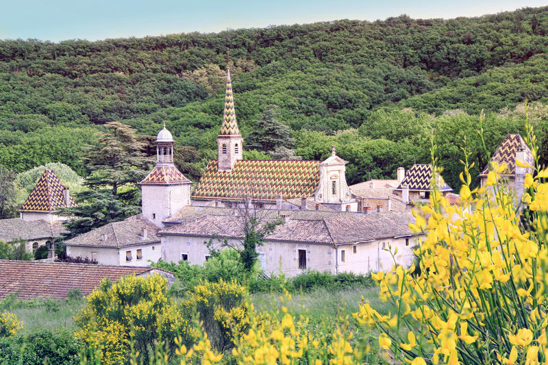 Kloster av Valbonne i Gard Provencal, Frankrike royaltyfria foton