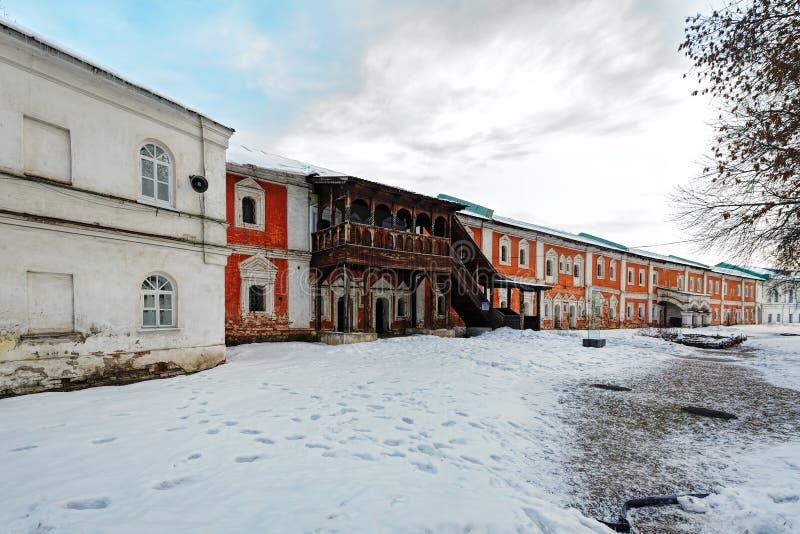Kloster- celler av den forntida kristna kloster russia yaroslavl fotografering för bildbyråer