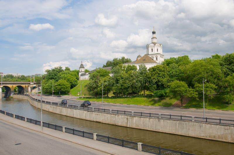 Kloster in dem Fluss stockbilder