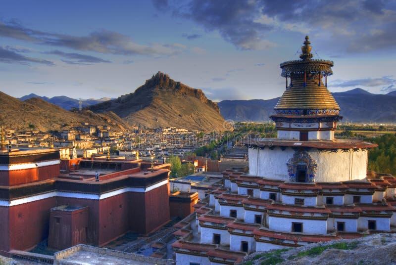 Kloster in der tibetanischen Landschaft lizenzfreie stockfotos