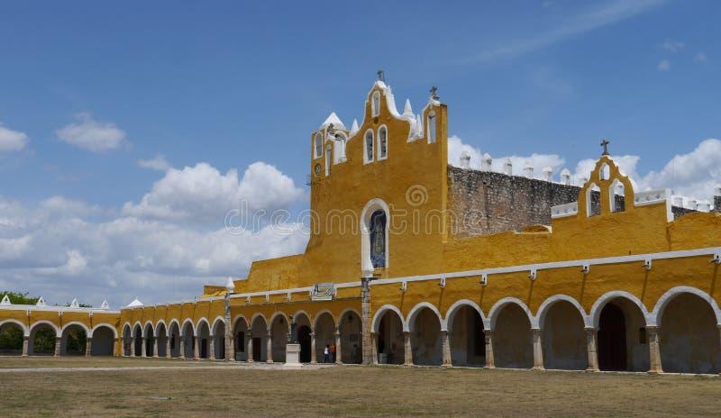 Kloster för kloster för stad för Izamal Mexico Yucatan kyrkaguling arkivfoto