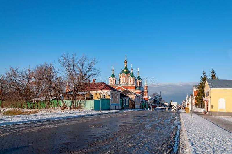 Kloster Kolomna Brusensky am frühen Morgen im Frühjahr mit der Reflexion des Himmels in den Pfützen stockbilder