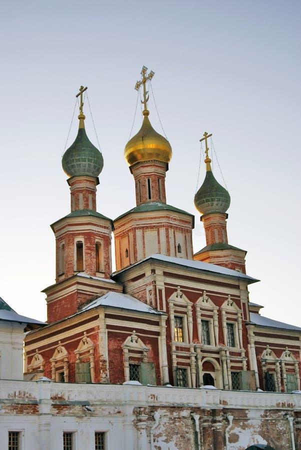 kloster novodevichy moscow Gammal kyrka med gräsplan- och gulingkupoler arkivbilder
