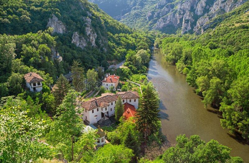 Kloster och berget arkivbilder