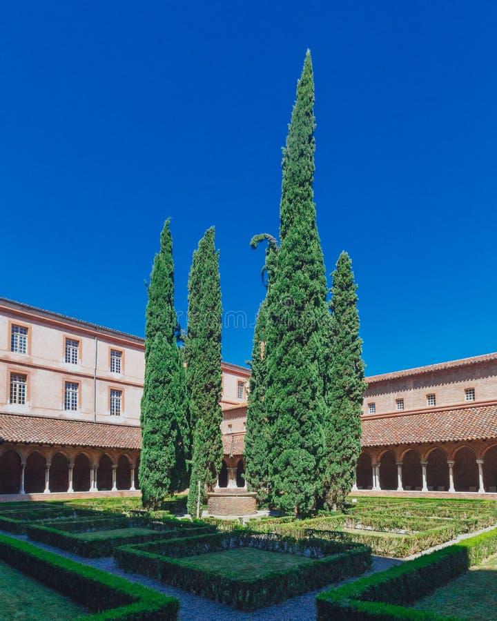 Kloster och borggård av kyrkan av Jacobinsen, i Toulouse, Frankrike royaltyfri bild