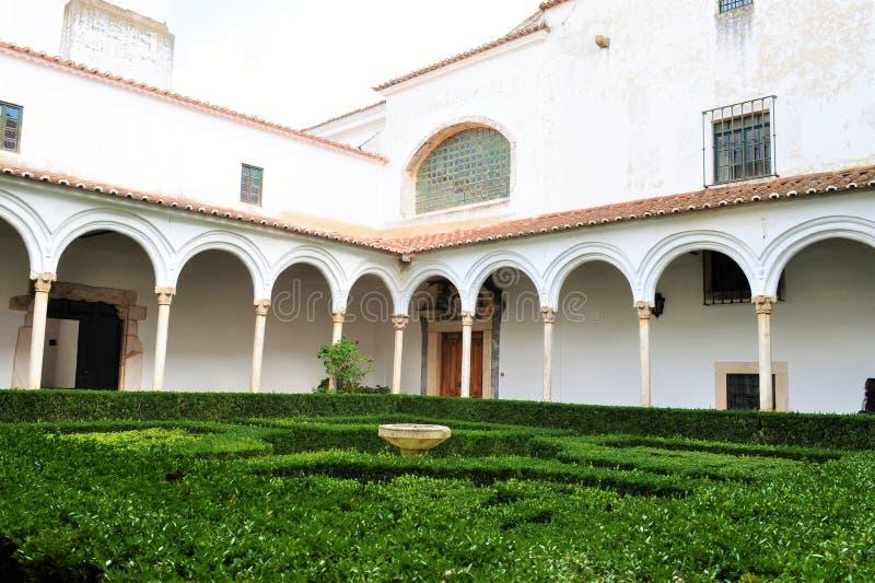 Kloster och den lilla trädgården inom av den hertigliga slotten av Vila Viçosa arkivfoton