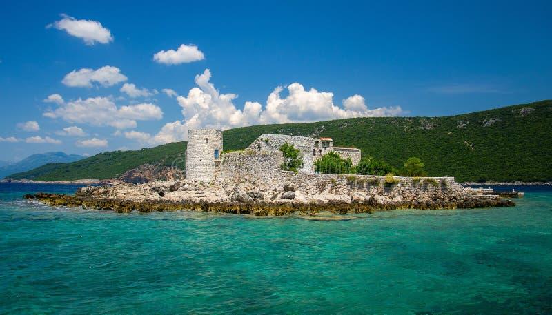 Kloster och kyrka på ön i den Boka Kotor fjärden, Montenegro royaltyfri fotografi