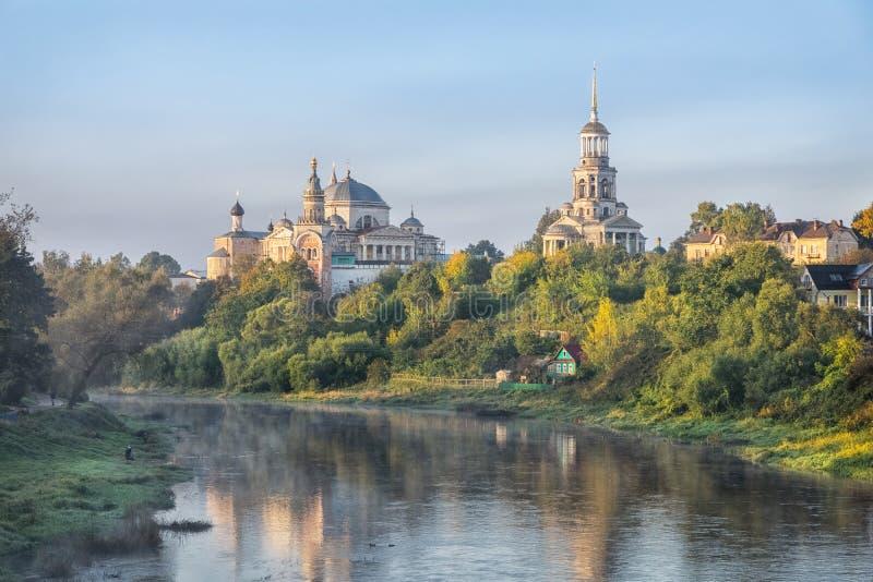 Kloster- och Tvertsa flod i morgonen i Torzhok royaltyfri bild