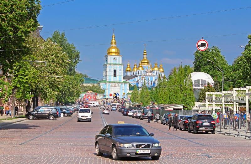 Kloster och Vladimirskiy för St Michael ` s passerar den guld- kupolformiga Berömt religiöst ställe i Ukraina arkivfoto