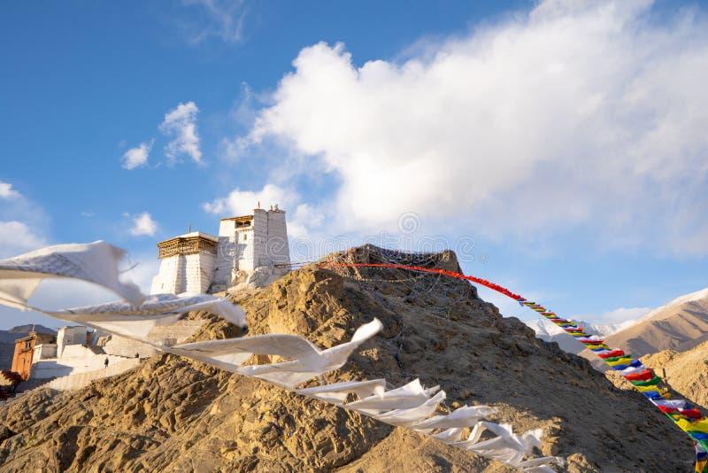 Kloster på överkanten av bergkullen med tibetana flaggor för vit bön i destination för lopp för lehladakh berömd i Leh, Ladakh, royaltyfria foton