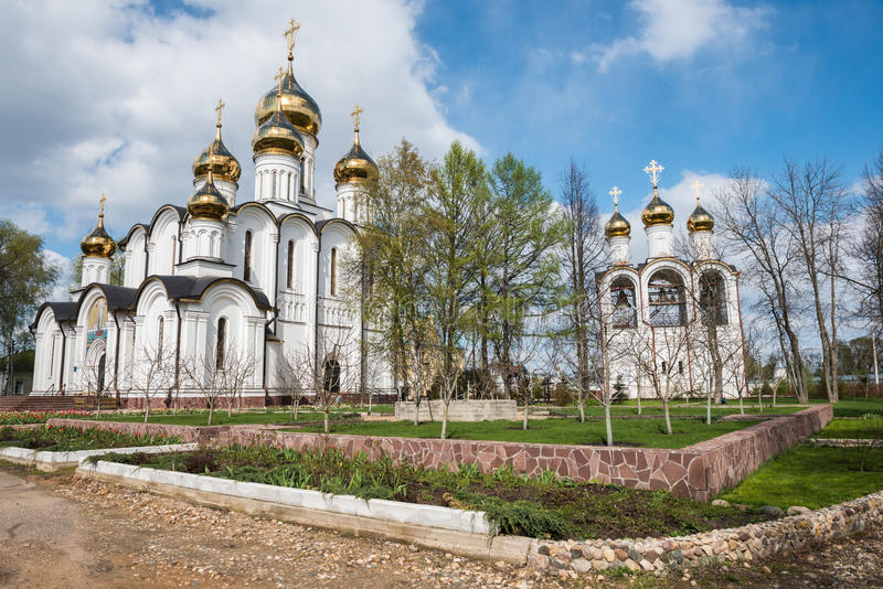 Kloster Sankt Nikolaus (Nikolsky) vom Frühlingsgartenstandpunkt stockfotos