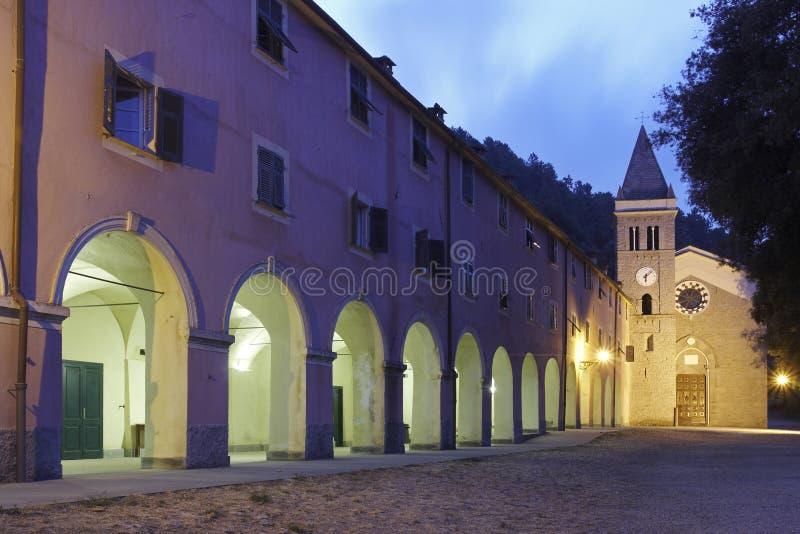 Kloster und Kirche an der Dämmerung, Italien lizenzfreie stockfotos