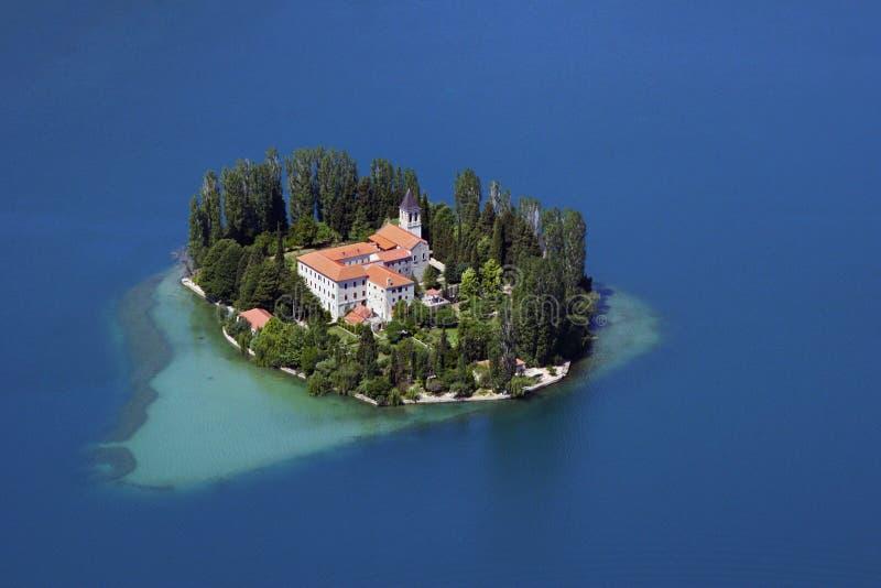 Kloster Visovac på floden Krka royaltyfria bilder
