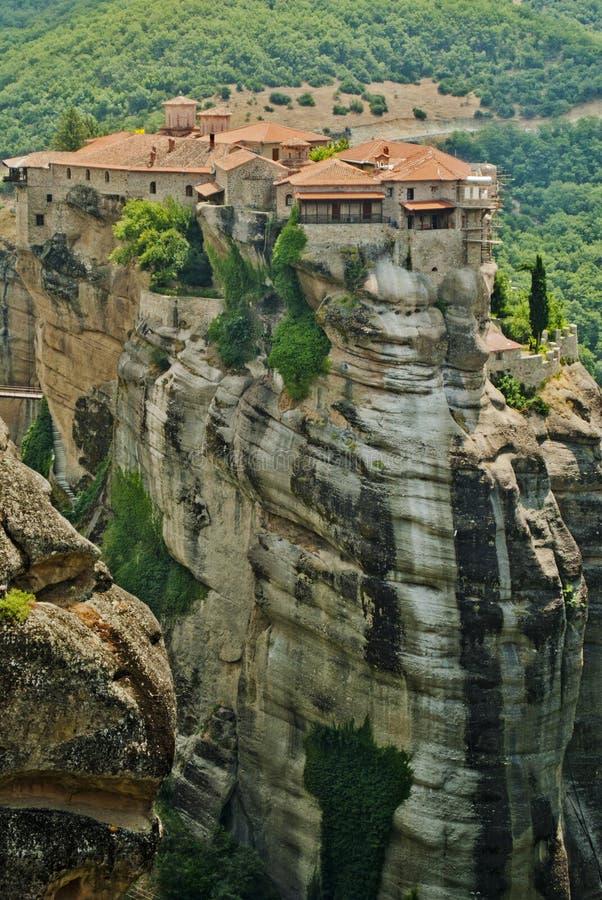 Kloster von Meteora-Griechenland, schöne Landschaft mit hohen Felsen mit Gebäuden auf ihnen. stockfotografie