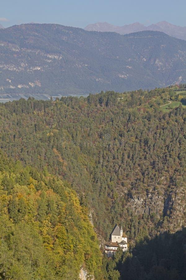 Kloster von San Romedio in Val di Non lizenzfreie stockfotografie