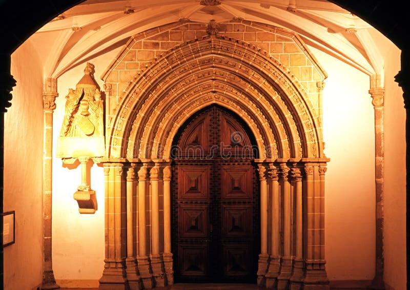 Klosterdörröppning, Evora, Portugal. royaltyfri foto