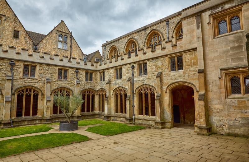 Klosterträdgården av Kristuskyrkadomkyrkan oxford universitetar england fotografering för bildbyråer