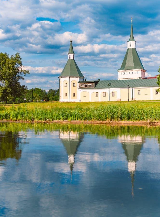 Klosterwand und -türme auf Ufer von See stockbilder