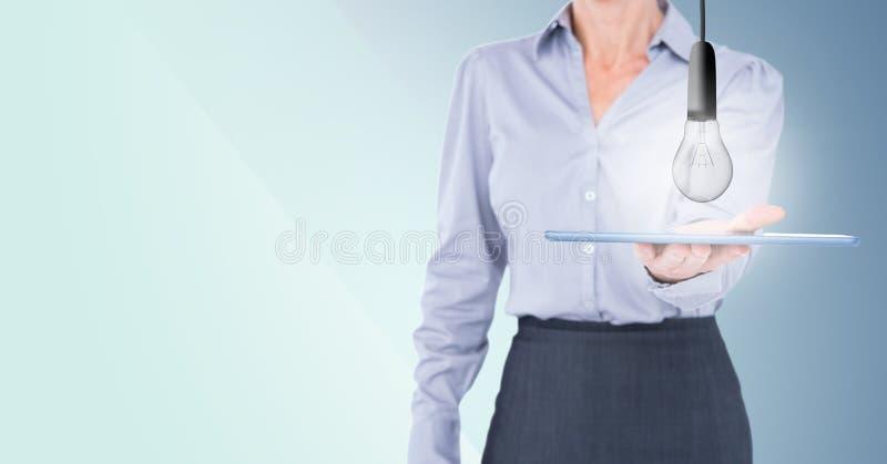 Klottrar det mitt- avsnittet för affärskvinnan med lightbulben på minnestavlan mot blå bakgrund royaltyfri fotografi