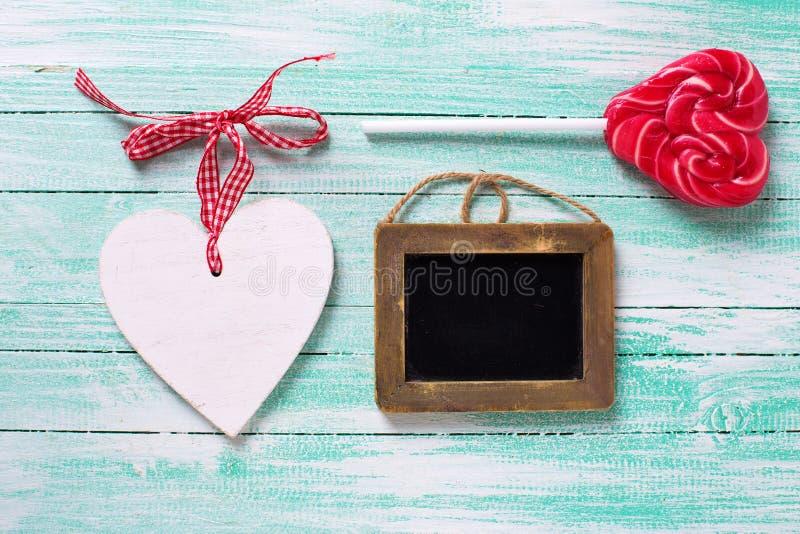 Klubbahjärta, tom svart tavla och vit dekorativ hjärta på arkivfoton